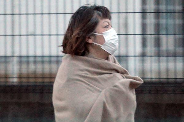 小室佳代さんがマスクをして、ストールも巻いて歩いている画像