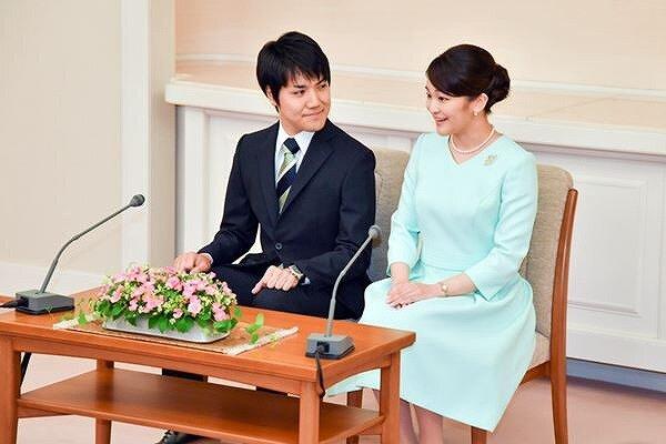 小室圭さんが結婚発表会見の時に眞子さまに微笑んでいる画像