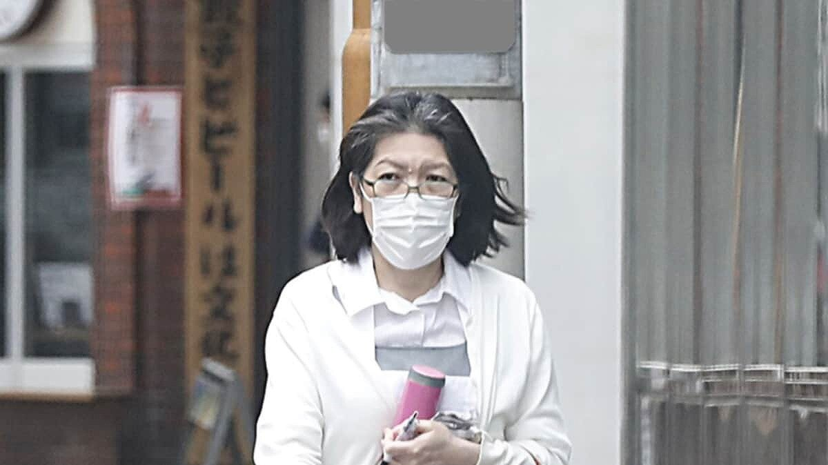 小室佳代さんがパート先の制服で歩いている画像