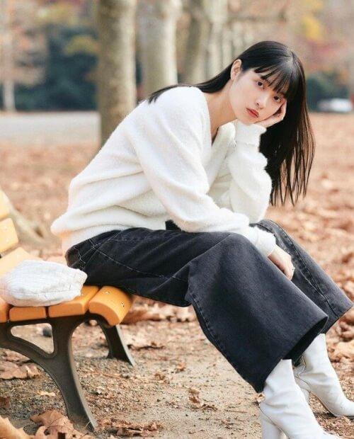 松本愛さんがベンチに座っている画像