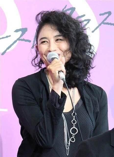 小島聖さんがドラマの制作会見でコメントをしている画像