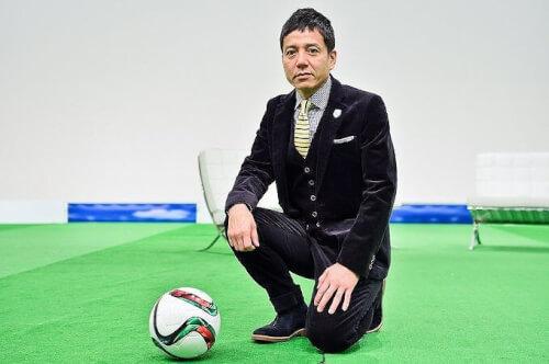 勝村政信さんがサッカーボールと一緒に写真を撮った画像