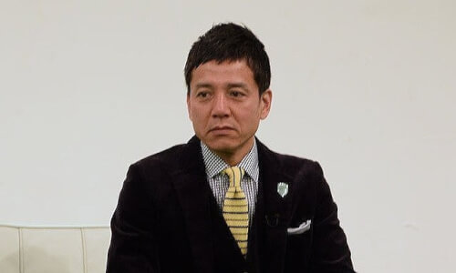 勝村政信さんがインタビューを受けている画像
