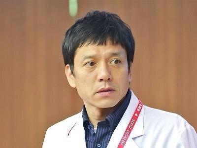 勝村政信さんが白衣を着ている画像