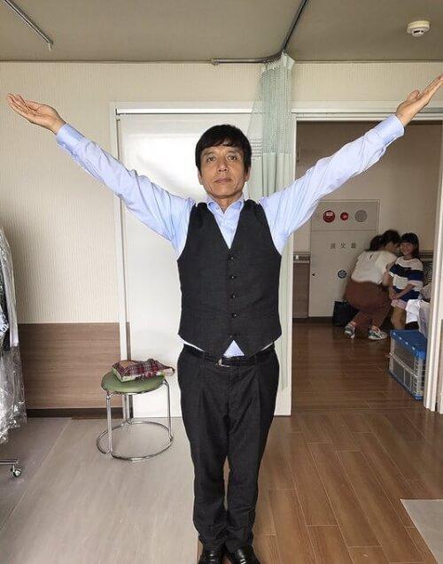 勝村政信さんが腕をYにして撮った画像
