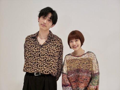 杉咲花さんと杉野遥亮さんが並んで写真を撮った画像