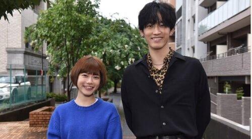 杉咲花さんと杉野遥亮さんが横並びで笑っている画像