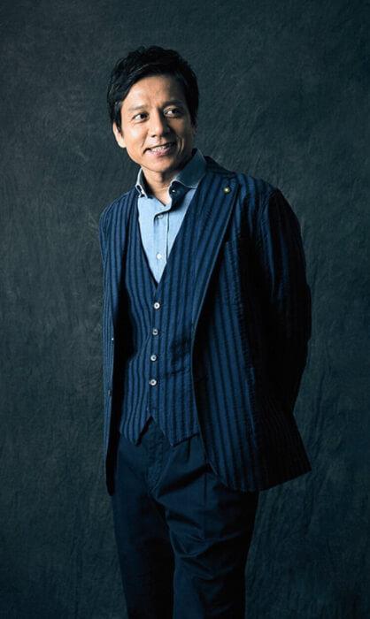 勝村政信さんがスーツを着て写真を撮っている画像