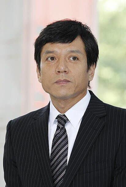 勝村政信さんがスーツを着ている画像