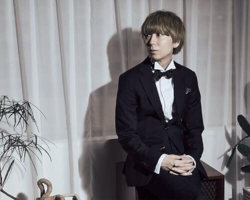 川谷絵音さんがスーツを着て座っている画像