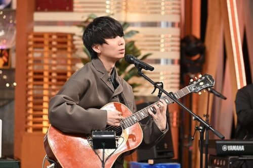 川谷絵音さんがギターを弾いている画像
