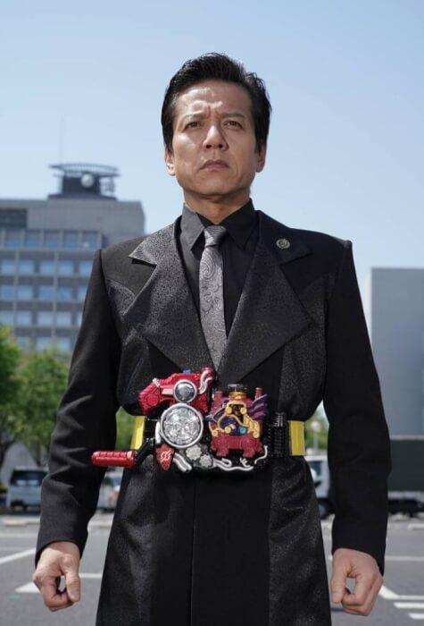 勝村政信さんが変身ベルトをしている画像