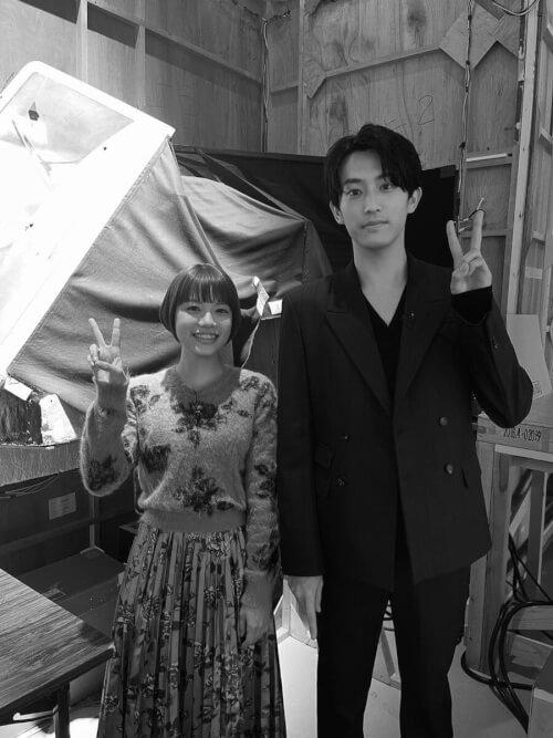 杉咲花さんと杉野遥亮さんがピースをしている画像