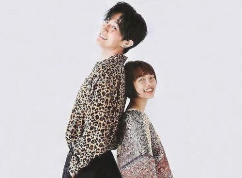 杉咲花さんと杉野遥亮さんが背比べをいている画像