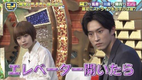 杉咲花さんと杉野遥亮さんが同じ体勢で話を聞いている画像